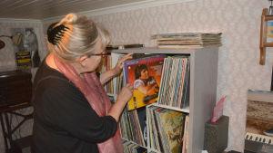 """Ann-Sophie tittar bland vinylskivorna på vinden i """"Bärthas""""."""
