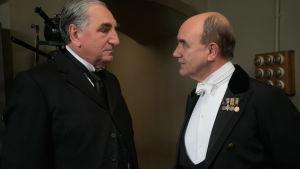 Butlern Carson och kungens motsvarighet.