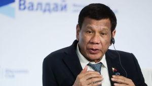 Filippinernas president Rodrigo Duterte på Valdajklubbens möte. Han talar och gestikulerar vid ett tillfälle som ser ut som en paneldebatt.