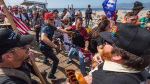 På lördagen drabbade anhängare och motståndare till president Trump samman i Santa Monica, i samband med en demonstration mot Trumps politik.