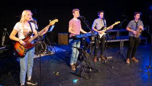 Gruppen The WaLe's uppträder på Grand Beat 2019. Vinnargruppen består av medlemmarna (från vänster): Felicia Wadenström, Simon Wadenström, Elias Knaapinen, Vide Lerviks och Birk Lerviks.