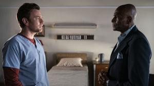 Danny (Ewan McGregor) och Dick Hallorann (Carl Lumbly) står i profil och ser rakt på varandra i ett sjukhusrum.