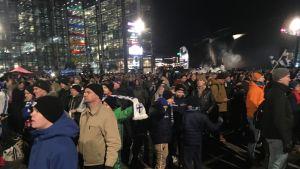 Människor står på medborgarplatsen.