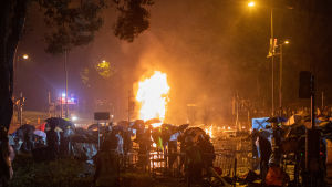 Polisen försökte storma det tekniska universitetet på måndag morgon men stoppades av studenter som försvarade sig med brandbomber