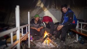 Pakolaiset lämmittävät telttaa nuotiolla Vucikissa, Bosniassa