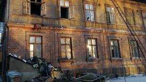 Tuhoutunutta tavaraa palaneen Steinerpäiväkodin pihalla Lappeenrannassa.