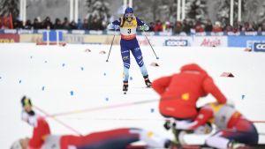 Krista Pärmäkoski åker i mål.