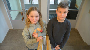 Två barn i en trappuppgång.