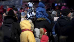 Barn och vuxna samlades på nyårsafton på Medborgartorget i Helsingfors.