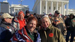 Karen Buckley och Linda Cowasgee demonstrerar mot planerade skärpningar i vapenlagar i Virginia.