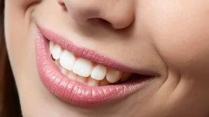 En kvinna som visar sina vita tänder.