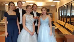 Oliver Lodenius, Kelvin Lehtimäki, Binta Smith, Wilma Grandell och Anna Wikström finklädda på de gamlas dans i Virkby gymnasium,