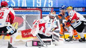 Stefan Stéen rör sig på knä mot puck.