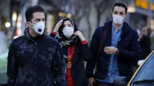 Iranier med ansiktsmasker i centrum av Teheran