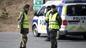 Försvarsmakten och beväringar stöder polisen vid kontrollstationerna.