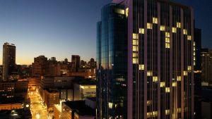 Fönsterbelysningen i ett av hotellen i San Francisco bilder formen av ett hjärta.