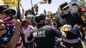 Utanför stadshuset i Los Angeles förekom en del sammandrabbningar mellan polis och demonstranter.