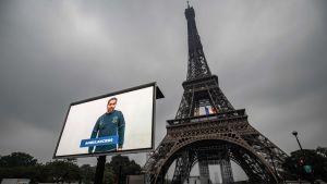 Ambulanssjukvårdare och andra yrkesgrupper hyllades på storbildsskärm intill Eiffeltornet på söndagen, dagen innan man lättar på en hel del av restriktionerna.