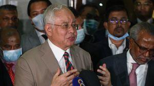 Najib Razak höll en spontan presskonferens genast efter att han dömts i en domstol i Kuala Lumpur. Han kommer att överklaga domen.