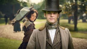 Unga Mary kastar en flirtig blick på stilige Charles i en park.