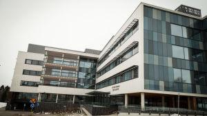 Exteriörbild av Esbo sjukhus huvudbyggnad.