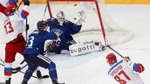 Ryssland gör mål mot Finland i ishockey.