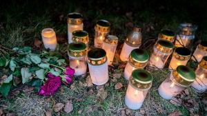 Ruusu ja kynttilöitä Koskelan murhapaikalla.