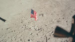 Lippu Kuun pinnalla.