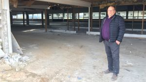 Kuvassa Leif Häggblom seisoo keskellä remonttityömaata.