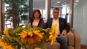 Rektor Ann-Helen Mäkelä vid Överesse skola och utbildningsdirektör Rolf Sundqvist