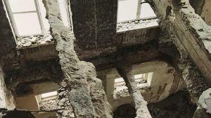Takbjälkar i stor byggnad med endast stommen kvar vid renovering.
