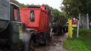 Bilar kör in för att lämna avfall på soptippen