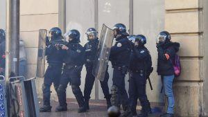 Kravallpolis utanför en polisstation i Marseille på torsdagen under gymnasisternas demonstration där.