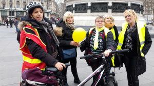 Från vänster Djamila, Denise, Marie-Lise, (dessa tre uttalar sig i texten) Anne-Marie och Christine deltar i de gula västarnas demonstration med enbart kvinnor. -Vi vill visa att det går att demonstrera utan våld, säger de.