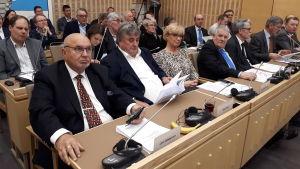 Fullmäktigeledamöter på rad fullmäktigesalen i Korsholm.