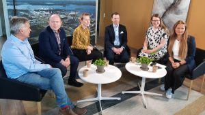 Sex personer relaterade till kemisk industri i Karleby sitter i en panel på varsin stol