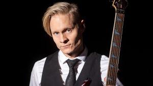En blond man med en gitarr.