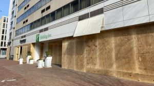 Butiker och restauranger har stängt och spikat brädor framför fönstren