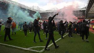 Manchester United-fans protesterar på Old Trafford.