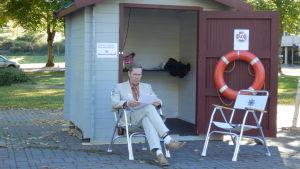 Ålands demokratis Stephan Toivonen utanför valstuga på torget i Mariehamn.