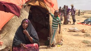 37-åriga Deeqa och hennes son bor i ett läger dit flyttat i hopp om att hitta gröna ängar för deras boskap.
