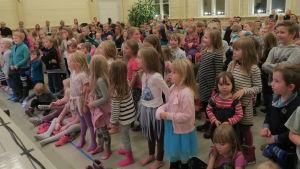 Många små barn i publiken på BUU-turnén