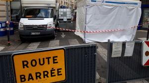 Hela gatan Rue Mignon i Saint-Germain kvarteret i Paris ser ut som ett slagfält med alla lastbilar och ingredienser som behövs för tillverkningen av handspriten.