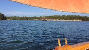 Segelbåt i skärgården