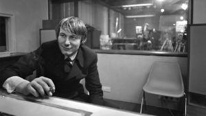 Sanoittajamestari Vexi Salmi istuu Finnvoxin äänitysstudiossa. Mustavalkoinen kuva vuodelta 1970.