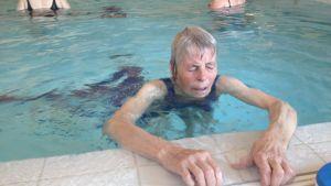 Lisa Björknäs lär sig simma som 72-åring