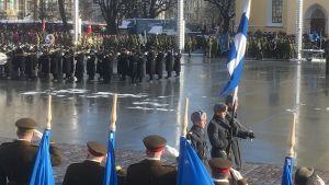 Militärparaden lockade många familjer till platsen under Estlands 100-årsfirande.