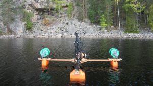 Vedessä kelluvat äänityslaitteet Kolovedellä Ukonvuoren kalliomaalausten edustalla.
