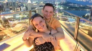 Petter Kenttä med sin fru Malin Östman i Singapore.