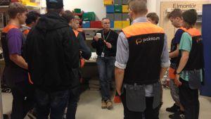 Yrkeslärare Pontus Johansson med en grupp blivande elmontörer vid Yrkesinstitutet Prakticum i Helsingfors